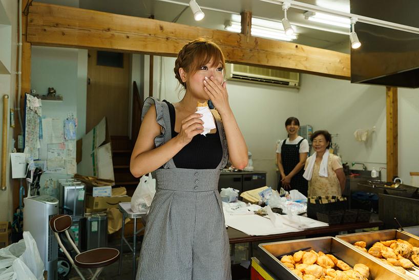 「めちゃくちゃおいしい!信じられないくらいモチモチしています!!」と藤田さんも驚いて、思わず一番人気の「きくらげ入りのすり身天ぷら」もペロっと平らげる