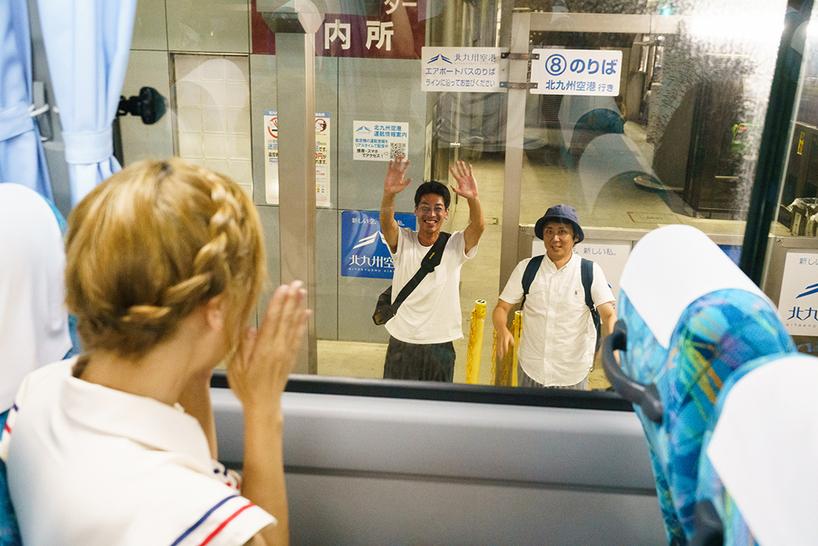 空港へ向かいバス。手を振る市の職員さん