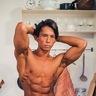 【写真】小林弁護士が魅せるハッカ油のチカラ 掃除の真髄をキレてる筋肉と共に